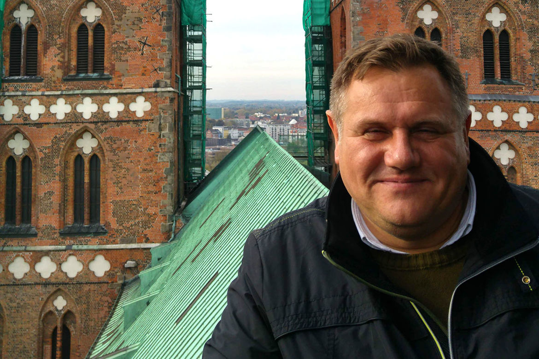 Fundraiser Christian Hohmann vor den Türmen St. Marien - Copyright: Ev.-Luth. Kirchenkreis Lübeck-Lauenburg