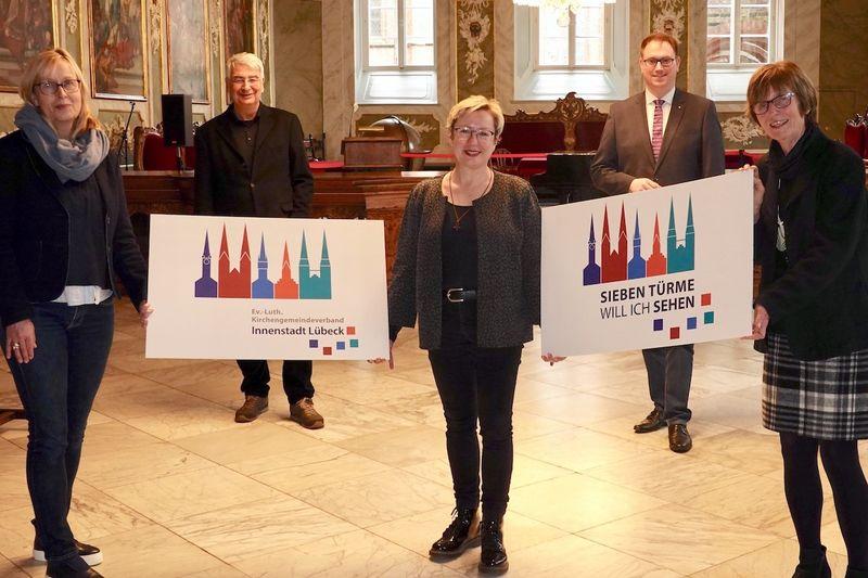Catharina Witaszak, Lutz Jedeck, Petra Kallies, Jan Lindenau und Cornelia Schäfer präsentieren die neuen Logo für den KGVI und das Sieben Türme-Projekt (v.l.n.r.).