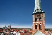 Luftaufnahme Turm St. Jakobi, links im Bild ist die Marienkirche, ebenso wie die Dächer Lübecks zu sehen. - Copyright: Andreas Schwiederski