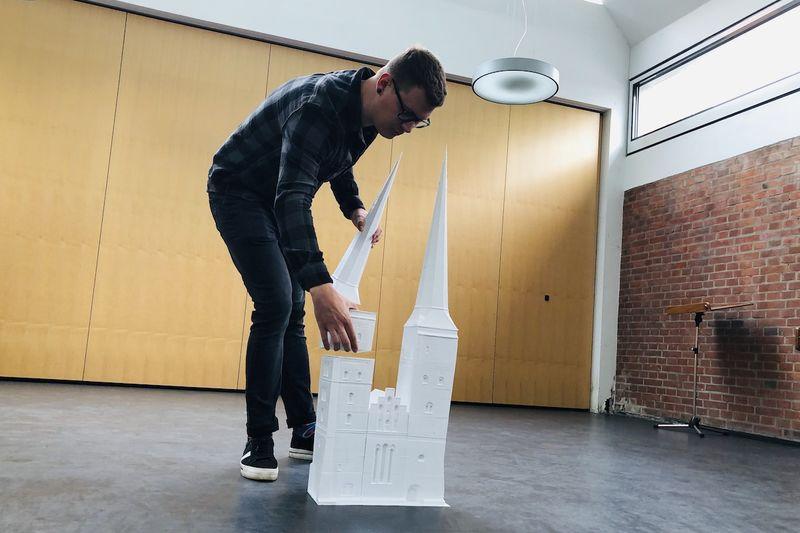 Max Reinhart zeigt, dass das Modell aus einzelnen Bausteinen besteht.