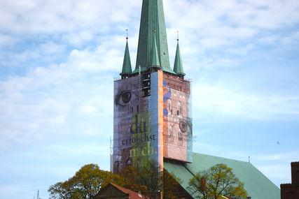 St. Petri Lübeck mit Bauplane 'Auge' - Copyright: Ev.-Luth. Kirchenkreis Lübeck-Lauenburg