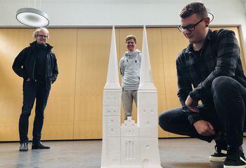 Architekt Christoph Diebold, Bjarne Andersen von FabLab und Student Max Reinhart (v. li.) am 3D-Modell der Domtürme.  - Copyright: Steffi Niemann