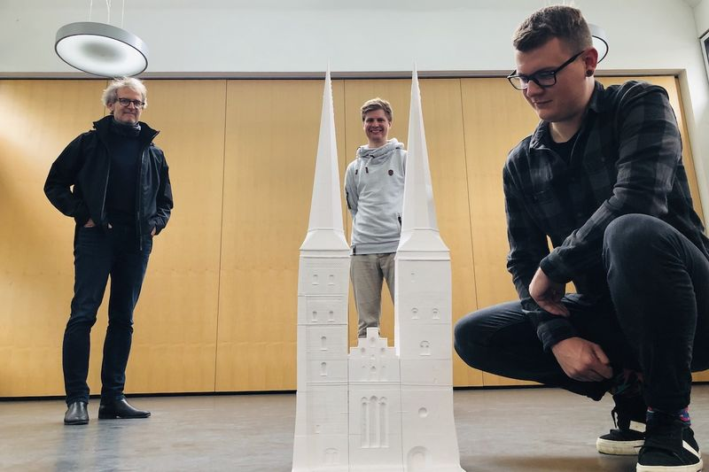 Architekt Christoph Diebold, Bjarne Andersen von FabLab und Student Max Reinhart (v. li.) am 3D-Modell der Domtürme.