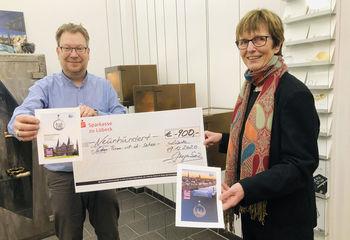 Inhaber Jürgen Ziegenbein übergibt den Scheck von 900 Euro an Sieben Türme-Projektleiterin Cornelia Schäfer - Copyright: Steffi Niemann