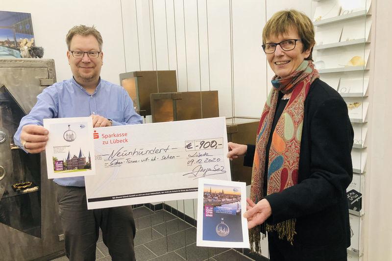 Inhaber Jürgen Ziegenbein übergibt den Scheck von 900 Euro an Sieben Türme-Projektleiterin Cornelia Schäfer