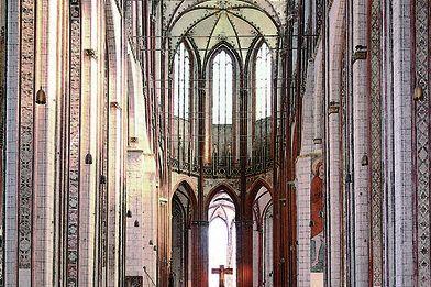 Blick durch das gesamte Hauptschiff auf den Altar von St. Marien - Copyright: Ev.-Luth. Kirchenkreis Lübeck-Lauenburg