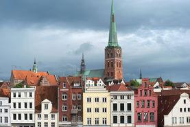 Die Seefahrerkirche St. Jakobi über den Fassaden im alten Hafen - Copyright: Christine Rudolf