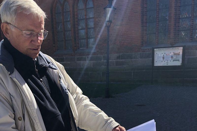 Carlos Blohm, Vorsitzender des Bauausschusses der Dom-Kirchengemeinde, mit Plänen für die Voruntersuchungen an den Domtürmen.