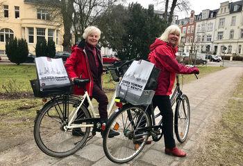 Rosi Baumann und Karin Graß mit Ihren Sieben Türme Taschen auf den Fahrrädern - Copyright: Ev.-Luth. Kirchenkreis Lübeck-Lauenburg
