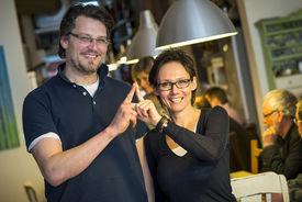 Christian Schmidt und Katja Hagen machen das Sieben-Türme-Symbol mit ihren beiden Zeigefingern. Die Finger zeigen eine Turmspitze. - Copyright: Olaf Malzahn