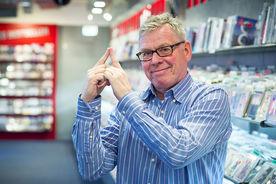 Jörg Jäger vom Pressezentrum Lübeck zeigt das Sieben-Türme-Symbol mit seinen beiden Zeigefingern - Copyright: Olaf Malzahn