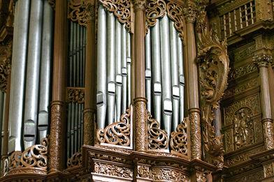 Blick von vorne auf einen Ausschnitt der Orgel in St. Aegidien