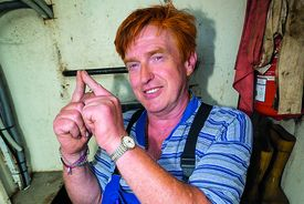 Bernd Strewener zeigt mit seinen Zeigefingern das Symbold für die Kirchtürme - Copyright: Olaf Malzahn
