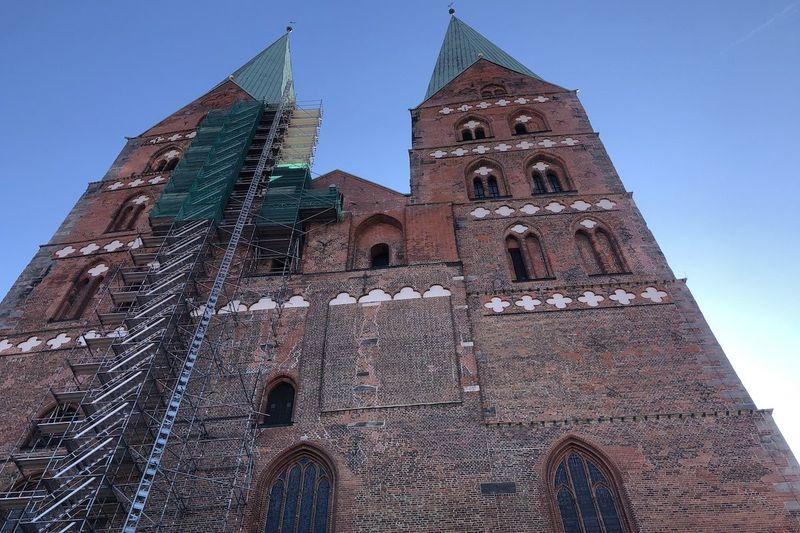 Die Türme von St. Marien mit dem Gerüst am Nordturm.