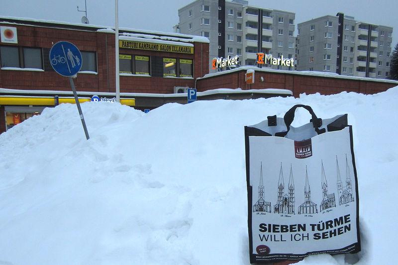 Sieben Türme Tasche steht im Schnee vor einem Geschäft in Finnland