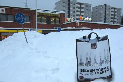 Sieben Türme Tasche steht im Schnee vor einem Geschäft in Finnland - Copyright: Ev.-Luth. Kirchenkreis Lübeck-Lauenburg
