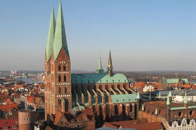 Blick aus der Luft auf St. Marien und umliegende Häuser  - Copyright: Ev.-Luth. Kirchenkreis Lübeck-Lauenburg