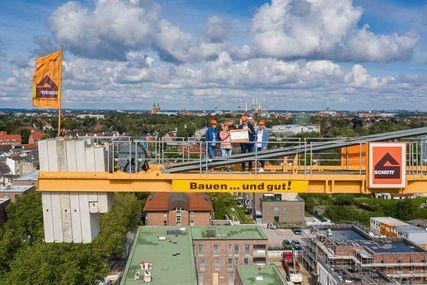 Scheckübergabe in luftiger Höhe an die Aktion Sieben Türme will ich sehen - Copyright: Oliver Schmidt, Friedrich Schütt + Sohn Baugesellschaft