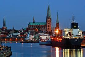 Abendstimmung: Blick über den Hafen auf drei Stadtkirchen - Copyright: Dr. Karen Meyer-Rebentisch