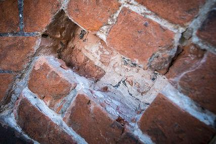 Mehrere Ziegel sind aus dem Mauerwerk rausgebrochen. - Copyright: Ev.-Luth. Kirchenkreis Lübeck-Lauenburg