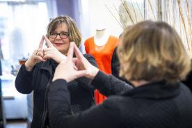 Birgit Pahlke-Zellinsky macht das Sieben-Türme-Symbol mit ihren beiden Zeigefingern. Die Finger zeigen eine Turmspitze. - Copyright: Olaf Malzahn