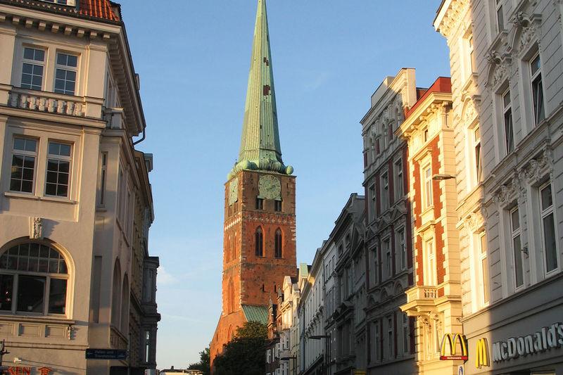 Zwischen Lübecks Häusern in der Breiten Straße sieht man den Turm von St. Jakobi