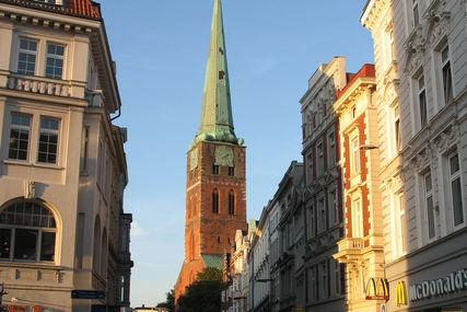 Zwischen Lübecks Häusern in der Breiten Straße sieht man den Turm von St. Jakobi - Copyright: Ev.-Luth. Kirchenkreis Lübeck-Lauenburg