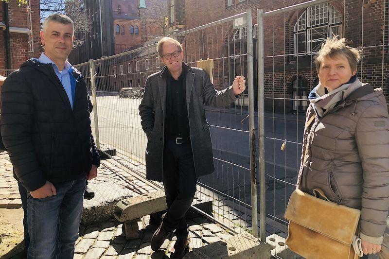 V. li.: Bauingenieur Andreas Tech, Pastor Robert Pfeifer und Architektin Christine Johannsen im Gespräch.