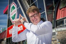 Jens-Dieter Haß macht das Sieben-Türme-Symbol mit seinen Zeigefingern. Die Finger zeigen eine Turmspitze. - Copyright: Ev.-Luth. Kirchenkreis Lübeck-Lauenburg
