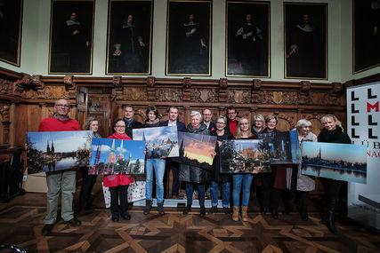 Die glücklichen Gewinner der Acryl-Kalendermotive mit ihren Paten und den gewonnen Bildern - Copyright: Lutz Roessler