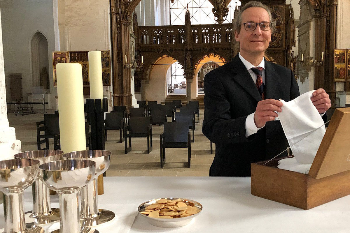Heiko Gruhl bereitet den Altar für einen Gottesdienst mit Abendmahl vor. Zu sehen sind Oblaten und Kelche für den Wein. - Copyright: Margrit Wegner