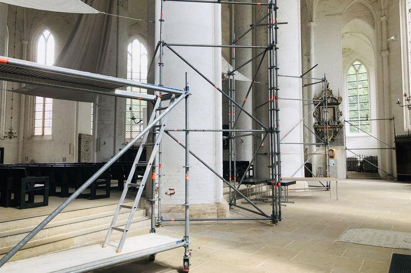 Gerüste im Innenraum des Doms zu Lübeck
