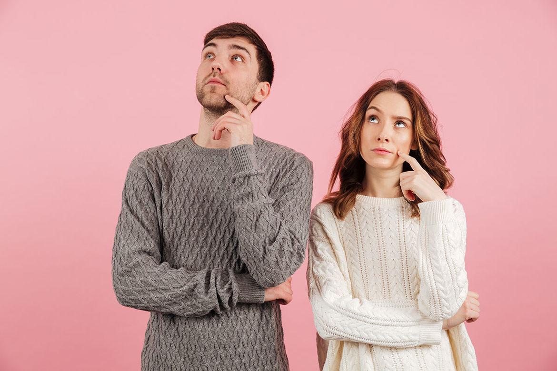 Ein Mann auf der linken Seite schaut nachdenklich leicht nach oben links blickensund eine Frau welche rechts neben ihm steht, schaut ebenfalls nachdenklich nach oben links. Der Hintergrund ist rosafarben. - Copyright: Ev.-Luth. Kirchenkreis Lübeck-Laubenburg