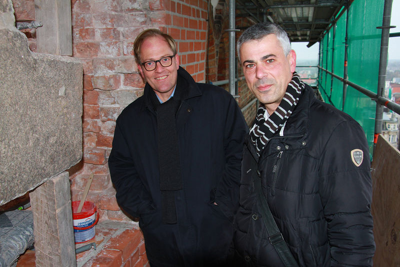Robert Pfeifer und Andreas Tech stehen auf dem St.-Marien-Gerüst, um die Schäden zu begutachten.