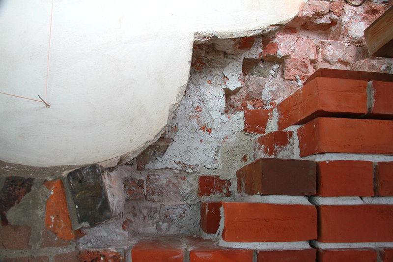 Risse im Mauerwerk sind zu sehen