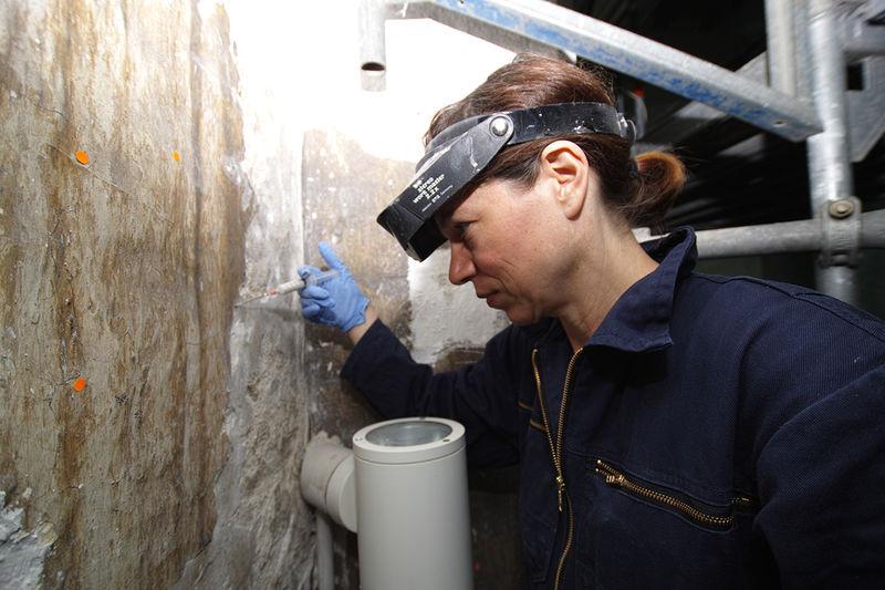 Fachrestauratorin Christiane Maier beim Freilegen der Wände in der Marientidenkapelle.