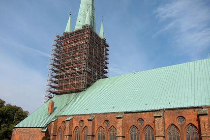 Der Turm von St. Petri umgeben mit einem Baugerüst - Copyright: Ev.-Luth. Kirchenkreis Lübeck-Lauenburg
