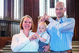 Familie Wiese zeigt das Sieben-Türme-Symbol mit ihren Zeigefingern - Copyright: Olaf Malzahn