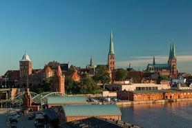 Im Vordergrund sieht man die Mediadocks und die Hubbrücke von Lübeck. Im Hintergrund ist das Burgtor auf der linken Seite zu sehen, rechts daneben St. Jakobi und St. Marien. - Copyright: Christine Rudolf