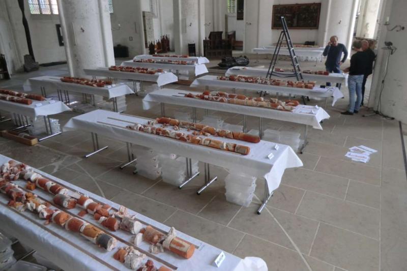 Lagerung der Bohrkerne zur detaillierten Untersuchung und Bestimmung der Materialprobenbereiche im Ostchor des Doms.