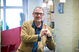 Hellmut Kroschel macht das Sieben-Türme-Symbol mit seinen beiden Zeigefingern. Die Finger zeigen eine Turmspitze. - Copyright: Olaf Malzahn
