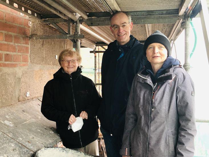Sie freuen sich, dass bald die Gerüste an St. Marien abgebaut werden können: Sabine Weiß, Christian Rosehr und Christine Johannsen (v. li.)