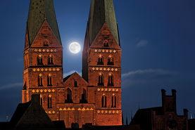 Vollmond zwischen den Türmen von St. Marien in einer Winternacht - Copyright: Dr. Karen Meyer-Rebentisch