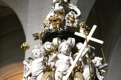 Der mit Engeln bestückte Taufdeckel in St. Aegidien