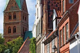 Der Turm vonDer Turm von St. Aegidien ist auf der linken Seite abgebildet, im Vordergrund sind die Fassaden der Häuser des Handwerkerviertels zu sehen. - Copyright: Dr. Karen Meyer-Rebentisch