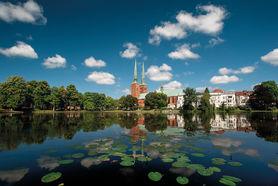 Der Dom von Wolken und Seerosen umgeben - Copyright: Christine Rudolf