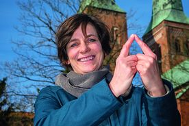 Christine Koretzky - Welterbebeauftragte der Hansestadt Lübeck zeigt das Sieben-Türme-Symbol mit ihren Zeigefingern - Copyright: Olaf Malzahn