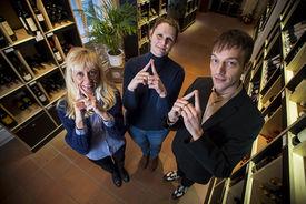 Die Mitarbeiter des Weihnaus Carl Tesdorpf Ivana Horstmann, Melanie Feldhusen und Christian Breede  machen das Sieben-Türme-Symbol mit ihren Zeigefingern. Die Finger zeigen eine Turmspitze. - Copyright: Olaf Malzahn