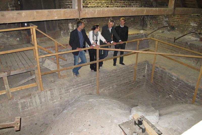 Statiker Bernd Guericke, Architektin Liane Kreuzer, Pastor Bernd Schwarze und Architekt Christoph Diebold betrachten besorgt das Gewölbe über dem Petri-Café.