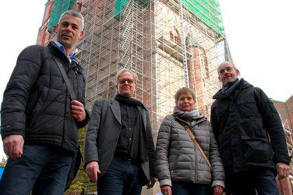 Die Verantwortlichen der Sanierung von St. Marien stehen nebeneinander vor der Marienkirche.  - Copyright: Friederike Grabitz